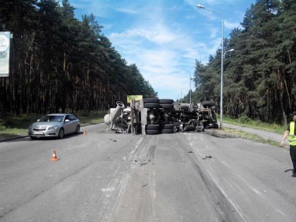 На одній із черкаських вулиць перекинулася вантажівка (ФОТО)
