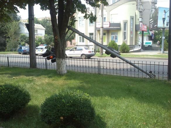Після ДТП небезпечне перехрестя залишилося без світлофора