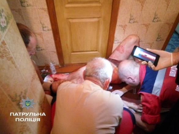 У Черкасах чоловік замкнувся у ванній кімнаті та порізав собі руки