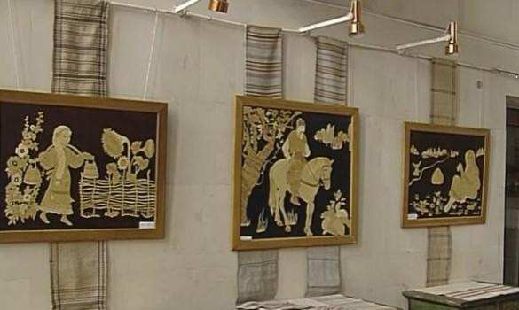 Черкаська майстриня вражає унікальними картинами з соломи (ВІДЕО)