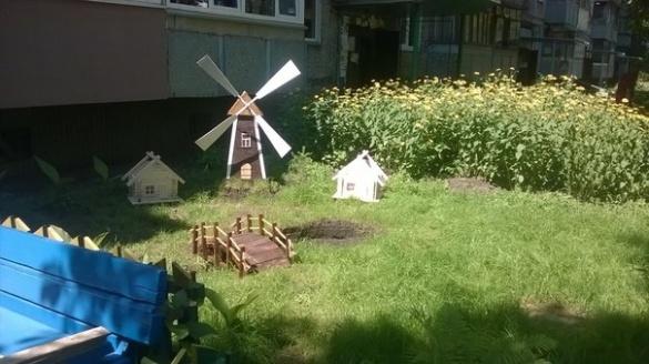 Як двоє черкаських сусідів перетворили свій двір на казку