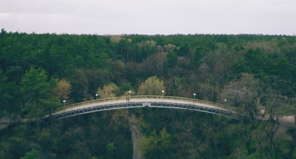 У Черкасах врятували дівчину, яка намагалася зістрибнути з Мосту кохання