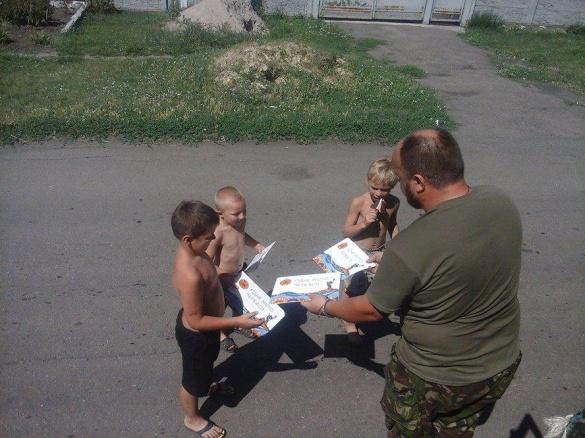 Бійці подарували черкаські розмальовки дітям в зоні АТО