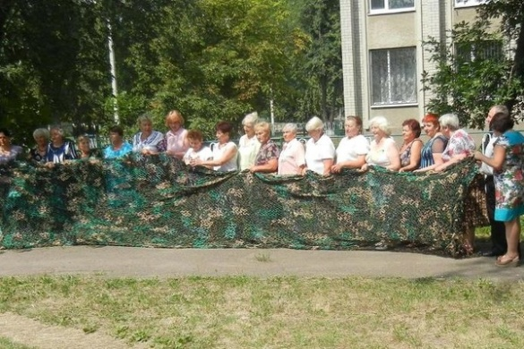 Маскувальні сітки та білизна: як черкащанки допомагають воїнам АТО