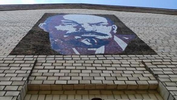 Зі стіни черкаської будівлі споглядає Ленін (ФОТО)