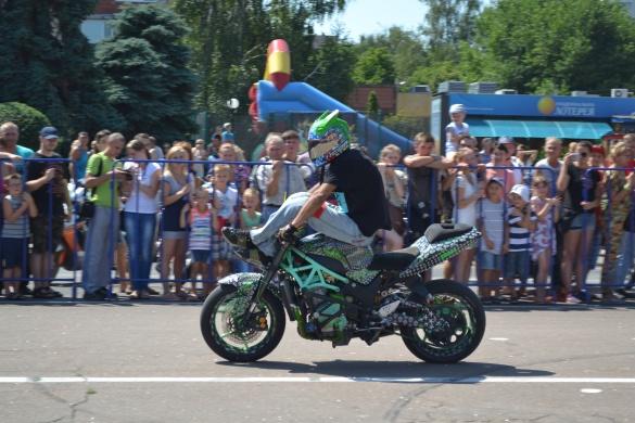 Мотофестиваль у Черкасах: вражаючі трюки байкерів та найдовша колона (ФОТО, ВІДЕО)