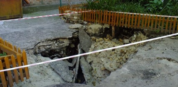 У дворі черкаського будинку утворилося провалля