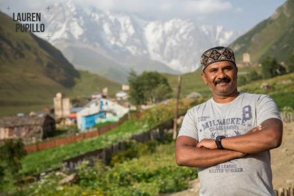 Бізнесмен з Індії у Черкасах освоює техніку приготування борщу
