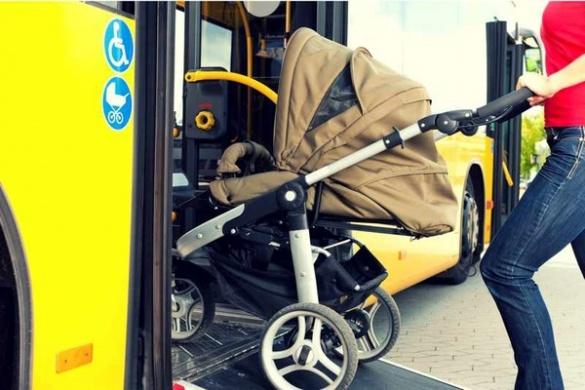 Із салону маршрутки у Черкасах ледь не висадили батьків із дитиною у візочку