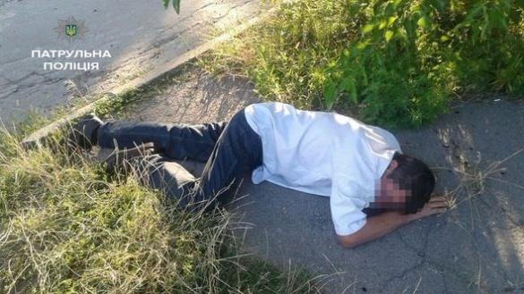 Черкаські полісмени врятували непритомного чоловіка, який лежав посеред вулиці (ФОТО)