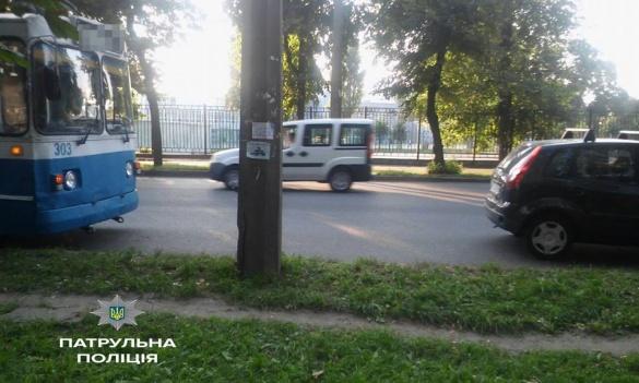 На вулиці Смілянський сталася ДТП за участі тролейбуса (ФОТО)