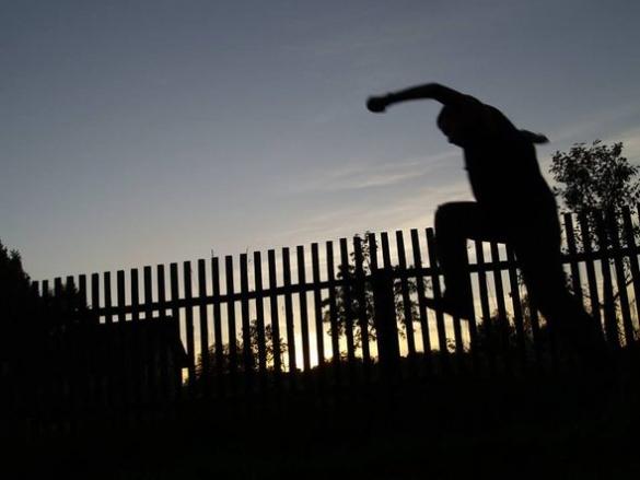У Черкасах рятувальники визволяли чоловіка, який застряг у паркані