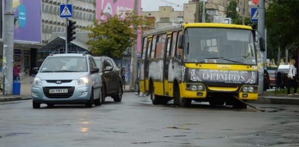 У середмісті Черкас застряг автобус (ВІДЕО)