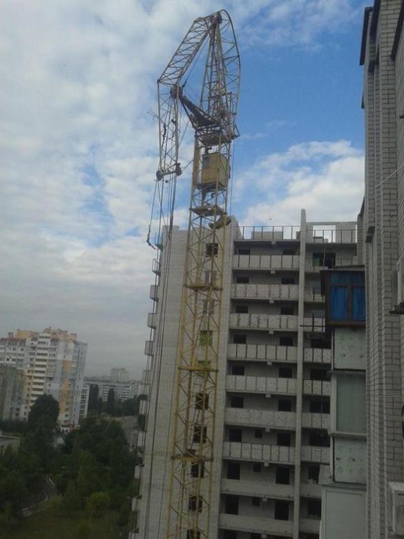 Мешканці черкаської багатоповерхівки ледве не постраждали від будівельного крану