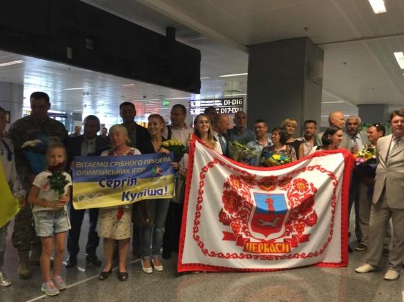 Срібного призера Олімпіади з Черкас гаряче зустріли в аеропорту