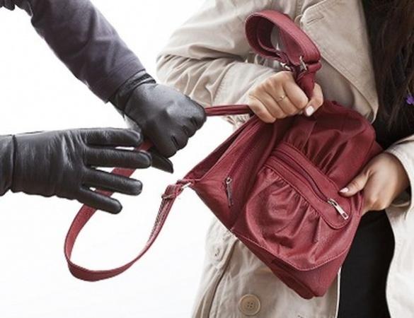 У Черкасах жінка стала жертвою вуличного пограбування
