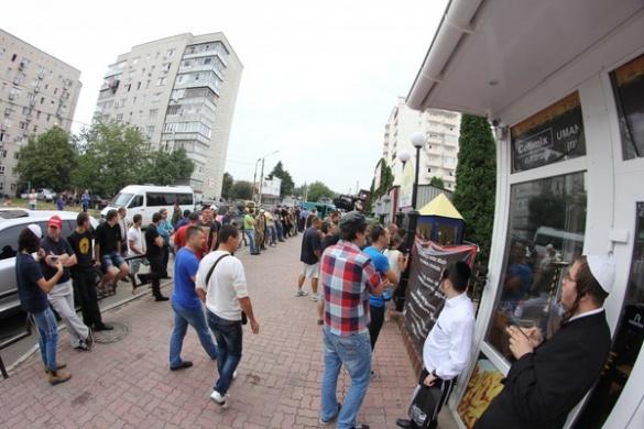 В Умані десятки невідомих молодиків штурмували готель через Ізраїль та ДНР (ВІДЕО)