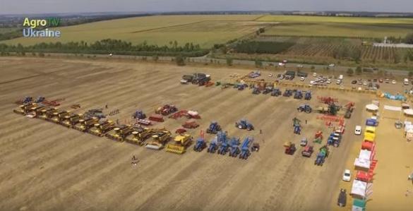 На Черкащині за допомогою 38 комбайнів та тракторів встановили рекорд України (ВІДЕО)