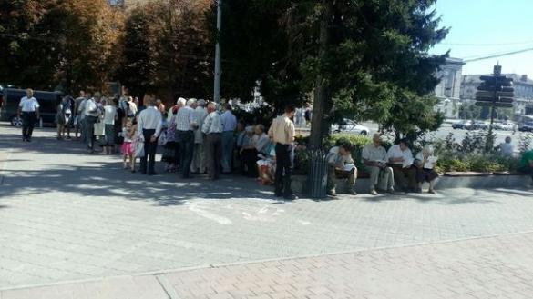 У центрі Черкас знову мітингують пенсіонери через тарифи (ФОТО)