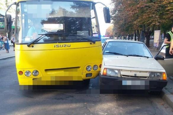 У середмісті Черкас сталася ДТП за участі маршрутки (ФОТО)