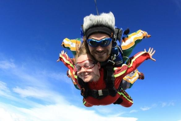 Розваги для сміливих: 12-річна черкащанка стрибає з мосту, а 52-річна - з парашутом