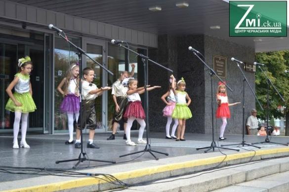 У центрі Черкас першачки танцями відзначають День знань (фотофакт)