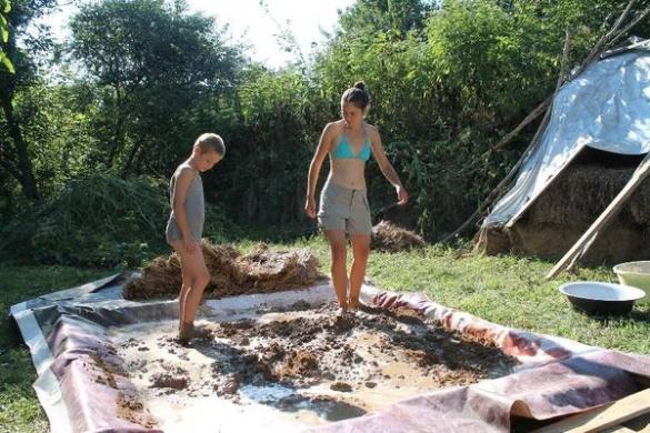 Волонтери з Франції та Польщі ліпили еко-дім на хуторі Буда