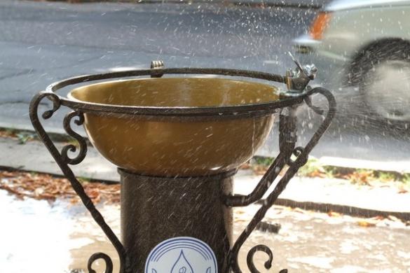 У Черкасах люди підпалюють питні фонтанчики та миють в них ноги