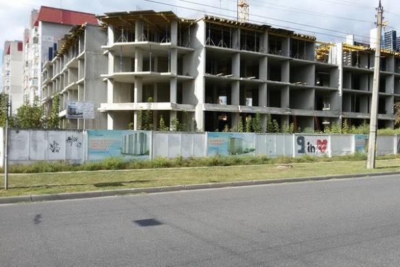 У середмісті Черкас росте майже двометрова амброзія (ФОТО)