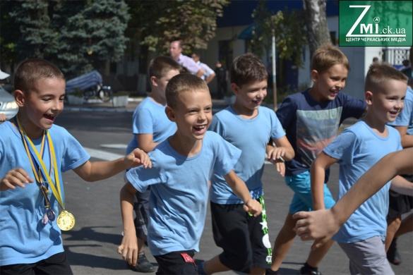 Патріотична символіка та медалі: у Черкасах відбувся масштабний забіг (ФОТО)