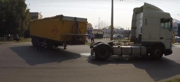 У Черкасах через вантажівку ледь не сталася ДТП (ВІДЕО)