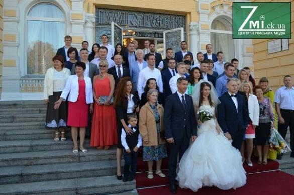 Весілля із мером та губернатором. Як у Черкасах оновлений РАГС відкривали (фоторепортаж)