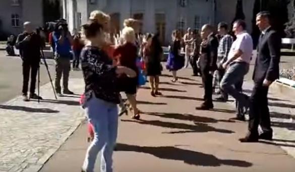 У середмісті Черкас губернатор, мер і секретар міськради влаштували танцювальний батл