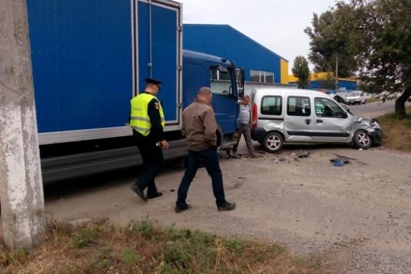 У Черкасах сталася ДТП: вантажівка не розминулася із легковиком (ФОТО)