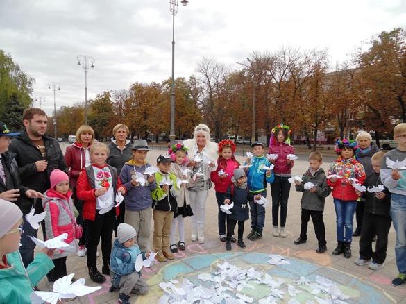 У Міжнародний День Миру черкасцям дарували паперових голубів