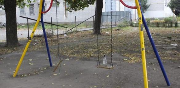 Пляшки на гойдалках та руїни: в яких умовах граються черкаські діти (ВІДЕО)