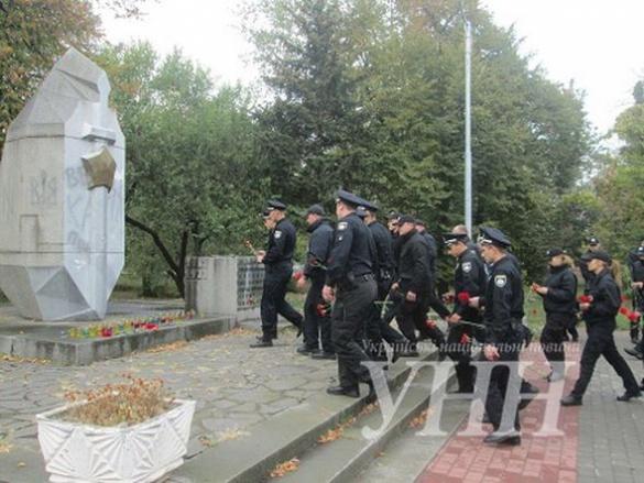 Хвилина мовчання та живі квіти: черкаські полісмени вшанували пам'ять загиблих колег (ФОТО)