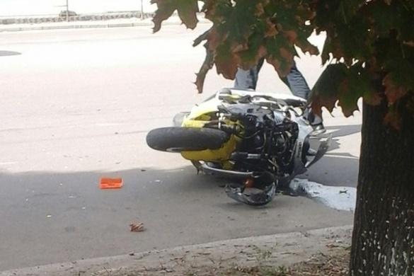 У Черкасах мотоцикл на великій швидкості в'їхав у автівку (ФОТО)
