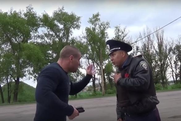 Черкаські активісти у мережі показали, як спіймали правоохоронця на хабарництві