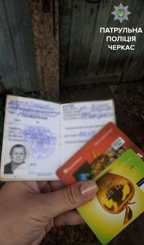 Черкаські полісмени повернули бабусі загублені речі