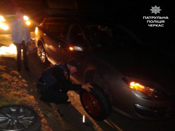 У середмісті Черкас патрульні замінили жінці колесо на машині (фотофакт)