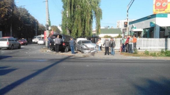 У Черкасах через ДТП автомобілі опинилася на тротуарі (ФОТО)