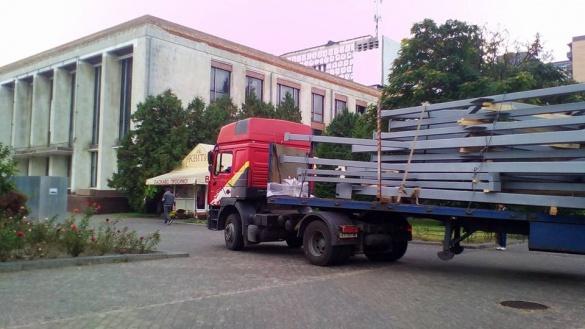 Ферми для даху черкаського драмтеатру привезли до будівлі (ФОТО)
