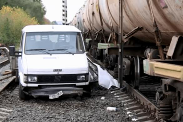 ДТП на Черкащині: автівка опинилася під колесами потягу (ФОТО, ВІДЕО)
