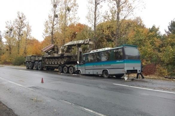 Автобус, який прямував на Черкащину, зіткнувся із військовим тягачем (ВІДЕО)