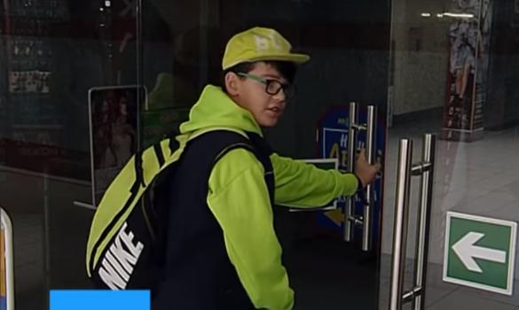 Скляні двері черкаського ТРЦ розбилися об школяра (ВІДЕО)