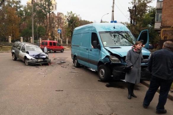У Черкасах дві автівки не розминулися на дорозі (фотофакт)