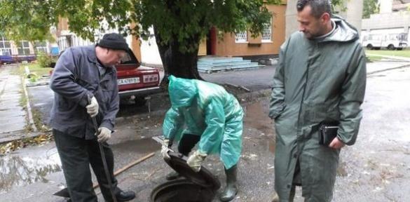 Отрешко у дощовику власноруч боровся із наслідками негоди у Черкасах (ВІДЕО)