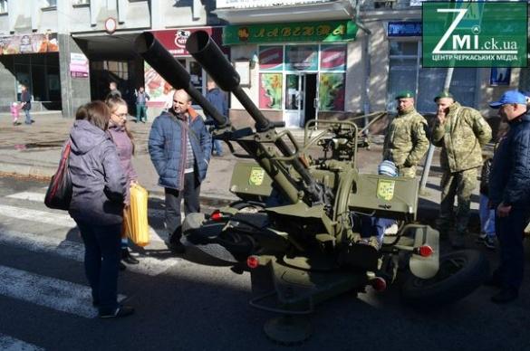 На центральній вулиці Черкас стоїть БТР та роздають зброю дітям (ФОТО)