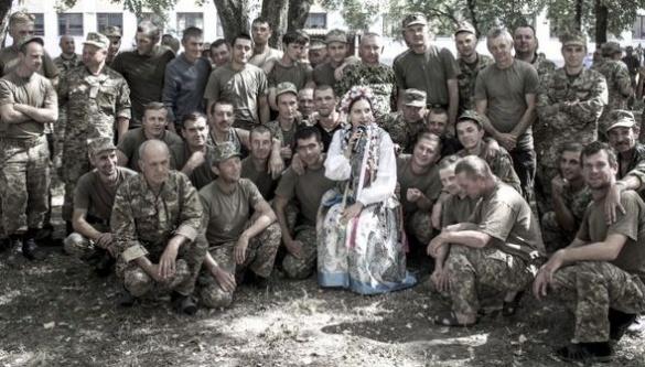 Черкаська родина Лоцманів піднімає дух бійців АТО піснею
